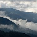 雲かかる山々