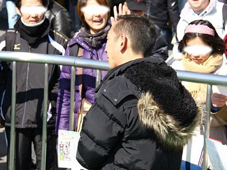 120219ポニーレースin川崎-勝ちポニー券を配る金子正彦騎手