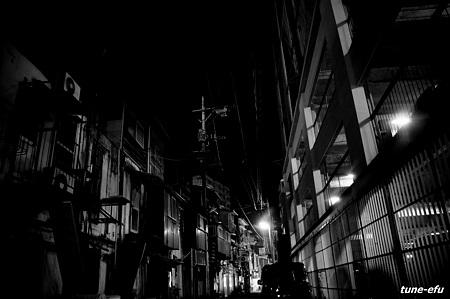 裏路地に夜の灯