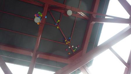 テレビ塔上層階の下面に貼り付いた風船。