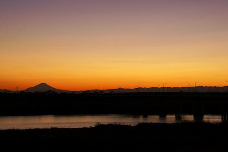 利根川と夕暮れの富士山