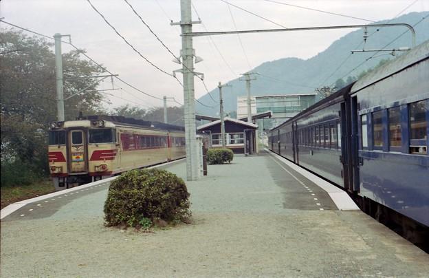 BV33s-通過する特急あさしお、簗瀬駅