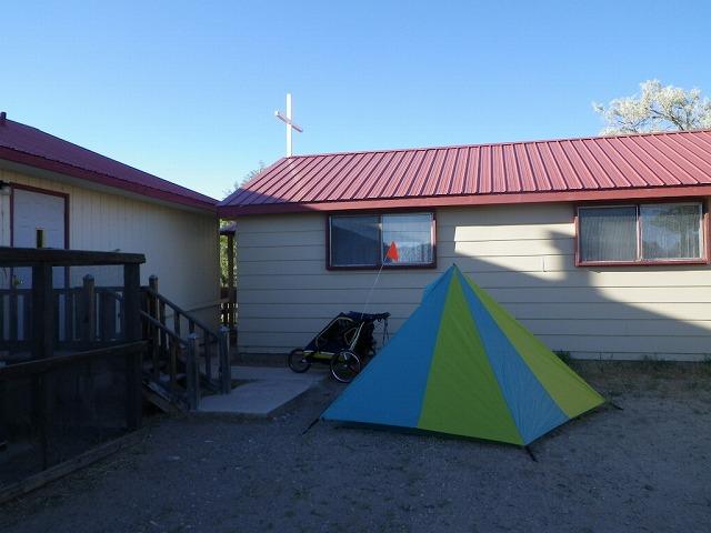 ニューメキシコ州の教会裏庭でのキャンプ