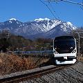 写真: E257系と八ヶ岳
