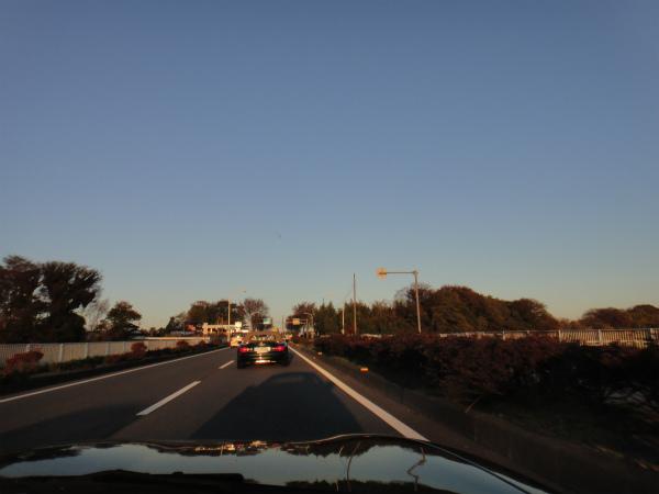 朝日が作った愛車の影を見ながら走る