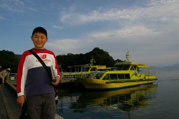 真っ黄色の派手な遊覧船